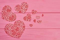 Coeurs de papier décoratifs sur le fond en bois Images libres de droits