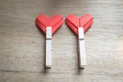 Coeurs de papier et chevilles en bois de tissu Photographie stock libre de droits