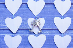 Coeurs de papier et clés argentées sur le fond en bois pourpre Photographie stock libre de droits