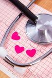 Coeurs de papier et de stéthoscope sur le graphique d'électrocardiogramme, la médecine et le concept de soins de santé Photo stock