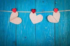Coeurs de papier, fond en bois bleu, fValentine Photos libres de droits