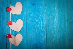 Coeurs de papier, fond en bois bleu, fValentine Photo libre de droits