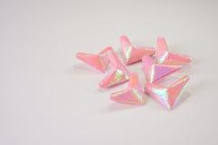 Coeurs de papier roses pour le jour du ` s de Valentine à la table blanche pour le fond ou la texture images libres de droits