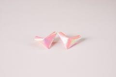Coeurs de papier roses pour le jour du ` s de Valentine à la table blanche pour le fond ou la texture image stock