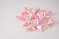 Coeurs de papier roses pour le jour du ` s de Valentine à la table blanche pour le fond ou la texture photographie stock