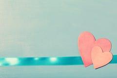 Coeurs de papier roses sur le ruban bleu Image libre de droits