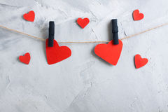 Coeurs de papier rouges accrochant sur des pinces à linge sur une corde Photos libres de droits