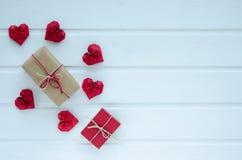 Coeurs de papier rouges avec des boîte-cadeau, sur le fond en bois blanc, Va Photos stock