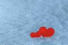 Coeurs de papier rouges dans la neige Carte de voeux pour le jour de Valentine Photographie stock libre de droits
