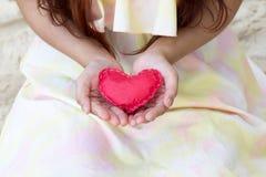 Coeurs de papier rouges en gros plan sur les mains des femmes Photographie stock
