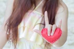 Coeurs de papier rouges en gros plan sur les mains des femmes Photo stock