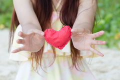 Coeurs de papier rouges en gros plan sur les mains des femmes Symbole de l'amour Images libres de droits