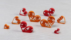 Coeurs de papier rouges et oranges faits main dans la technique quilling Photo libre de droits