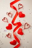 Coeurs de papier rouges et ruban en soie, confettis sur le fond gris Absctract de Saint-Valentin Symbole de l'amour Copiez l'espa image libre de droits