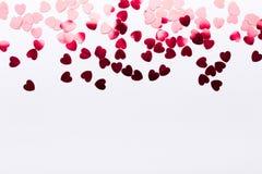 Coeurs de papier rouges sur le fond blanc Images libres de droits