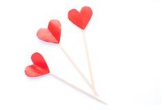 Coeurs de papier sur des baguettes sur le blanc Image stock