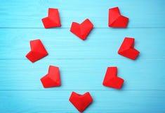 Coeurs de papier sur le fond en bois bleu, t Image stock