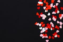 Coeurs de papier sur le fond noir Images stock