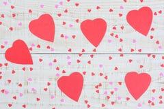 Coeurs de papier sur un Tableau en bois Images libres de droits