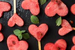 Coeurs de pastèque avec la menthe sur le fond d'ardoise Photographie stock