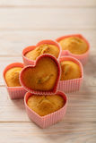 Coeurs de petits gâteaux sous des formes de silicone de couleur rose Photo stock