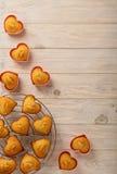 Coeurs de petits gâteaux sous des formes de silicone de couleur rose Images libres de droits
