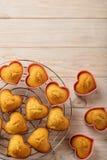Coeurs de petits gâteaux sous des formes de silicone de couleur rose Image libre de droits