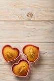 Coeurs de petits gâteaux sous des formes de silicone de couleur rose Images stock