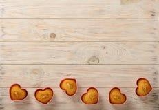 Coeurs de petits gâteaux sous des formes de silicone de couleur rose Photos libres de droits