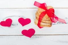Coeurs de quelques biscuits attachés avec le ruban rouge Image libre de droits