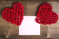 Coeurs de remorquage avec la note sur le fond en bois Concept d'amour de mariage Photographie stock libre de droits