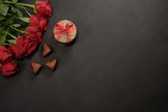Coeurs de roses rouges, de boîte-cadeau et de chocolat avec l'espace de copie Image libre de droits