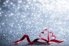 Coeurs de ruban et lumières de bokeh Image stock