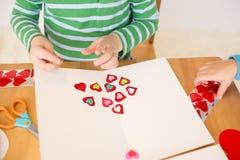 Coeurs de Saint-Valentin : Arts et métiers d'enfants images libres de droits
