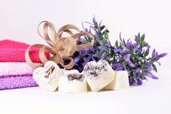 Coeurs de savon de lavande de station thermale avec des fleurs Photos libres de droits