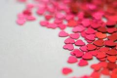 Coeurs de scintillement de rouge et de rose sur le fond blanc Photo stock