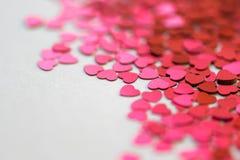 Coeurs de scintillement de rouge et de rose sur le fond blanc Image libre de droits