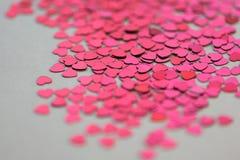 Coeurs de scintillement de rouge et de rose sur le fond blanc Photos stock