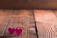 Coeurs de sourire sur le bois Images stock