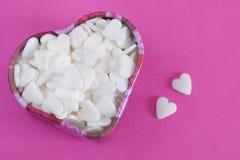 Coeurs de sucre sur le fond coloré par rose Images libres de droits