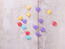 Coeurs de sucrerie au-dessus de bois Fond de jour de valentines Images stock