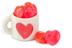 Coeurs de sucrerie dans la cuvette d'amour Photo stock