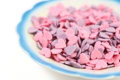 Coeurs de sucrerie dans la plaque au-dessus du blanc Photos libres de droits