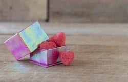 Coeurs de sucrerie dans un boîte-cadeau sur le fond en bois Photos stock