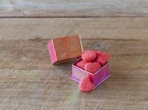Coeurs de sucrerie dans un boîte-cadeau sur le fond en bois Image libre de droits