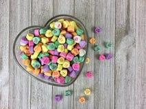 Coeurs de sucrerie dans une cuvette en forme de coeur Photos libres de droits