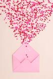 Coeurs de sucrerie de sucre de bonbons sur l'enveloppe au-dessus du fond vert Image stock