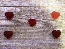 Coeurs de sucrerie disposés sur le fond en bois Photographie stock