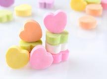 Coeurs de sucrerie sur le blanc avec la réflexion Photographie stock