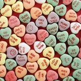 Coeurs de sucrerie sur le rouge. Photo libre de droits